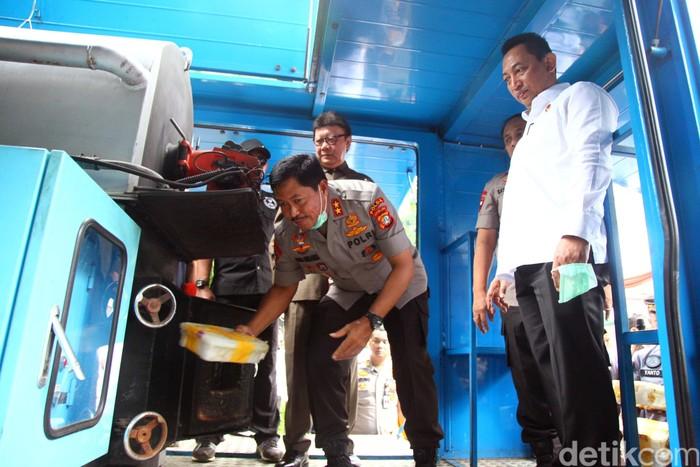 Polda Metro Jaya hari ini menggelar acara pemusnahan barang bukti. Acara pemusnahan barang bukti ini dihadiri oleh sejumlah pejabat, termasuk Menpan RB Tjahjo Kumolo.