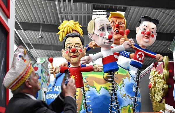 Parade karnaval di Jerman yang kental akan kritik sosial dan politik akan kembali digelar. Awak media pun diberi kesempatan untuk melihat patung-patung raksasa para tokoh dunia itu sebelum akan diarak di parade karnaval tersebut. AP Photo/Martin Meissner.