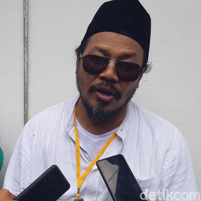 Bahtiar Rifai-detikcom/  Vokalis band rock Jamrud, Krisyanto dan Hendra Pranova mendaftarkan diri ke KPU Pandeglang sebagai bakal calon independen.