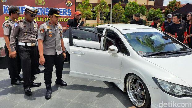 Polisi Pamerkan Dua Mobil yang Viral Balapan di Underpass YIA