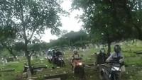 Duh! Hindari Macet, Pemotor Jakarta Cari Jalan Pintas Terabas Kuburan