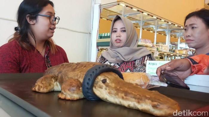 Toko roti ini membuat roti buaya berkalung ban seiring naiknya popularitas buaya di Sungai Palu yang terjerat ban motor bekas (M Qadri/detikcom)