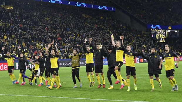 Borussia Dortmund players celebrate at the end of the Champions League round of 16 first leg soccer match between Borussia Dortmund and Paris Saint Germain in Dortmund, Germany, Tuesday, Feb. 18, 2020. (AP Photo/Martin Meissner)