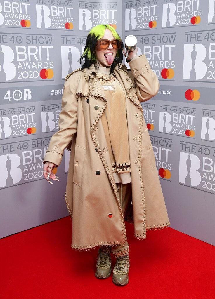 Billie Eilish mengenakan trench coat Burberry di Brit Awards 2020.