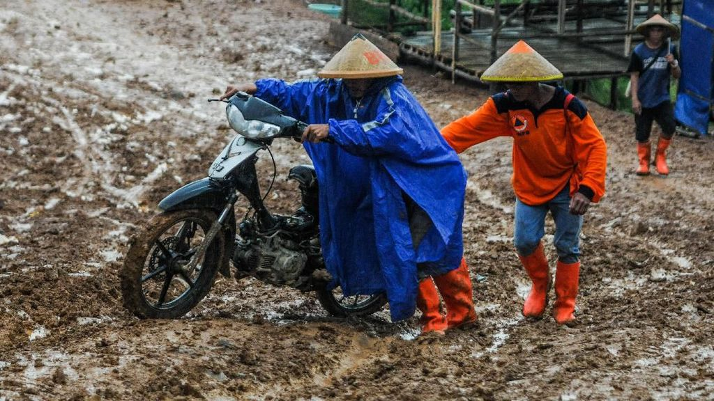Aksi Warga Menembus Jalan Berlumpur di Lebak Banten