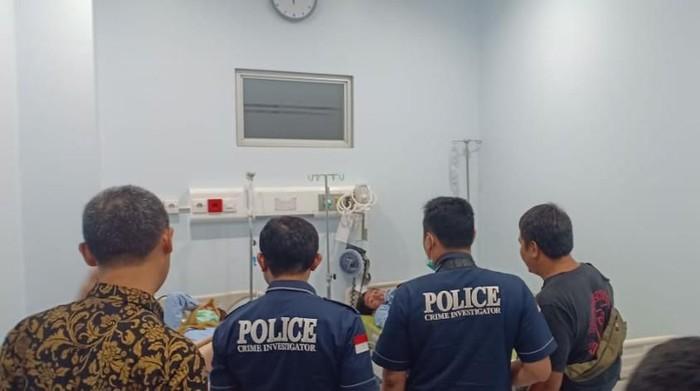 Polisi sambangi karyawan pabrik yang keracunan makanan. (Foto: Dok. Istimewa)