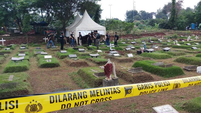 Makam anak perempuan Karen Pooroe alias Karen Idol dan Arya Satria Claproth, Zefania Carania (6), dibongkar pagi ini. Pembongkaran makam dilakukan guna kepentingan autopsi.