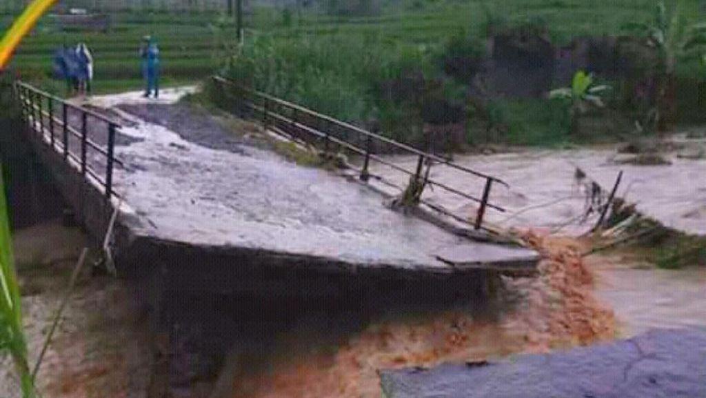 Jembatan Cigunung Ciamis Putus Dihantam Arus Deras Sungai