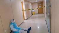 Lelah Tangani Pasien Virus Corona 20 Jam Nonstop, Dokter Tidur Bersandar di Dinding RS