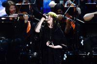 Lawan Body Shaming, Billie Eilish Buka Baju di Video Konser