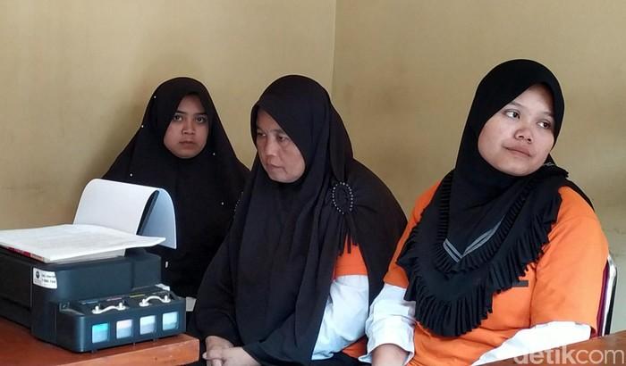 Seorang ibu dan dua orang putrinya mencuri puluhan perhiasan di rumah majikannya di Garut, Jabar. Mereka pun terancam dipidana 7 tahun penjara.