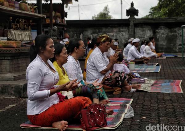 Pura Segara Cilincing, Jakarta Utara, pun ramai dikunjungi oleh umat Hindu untuk beribadah.