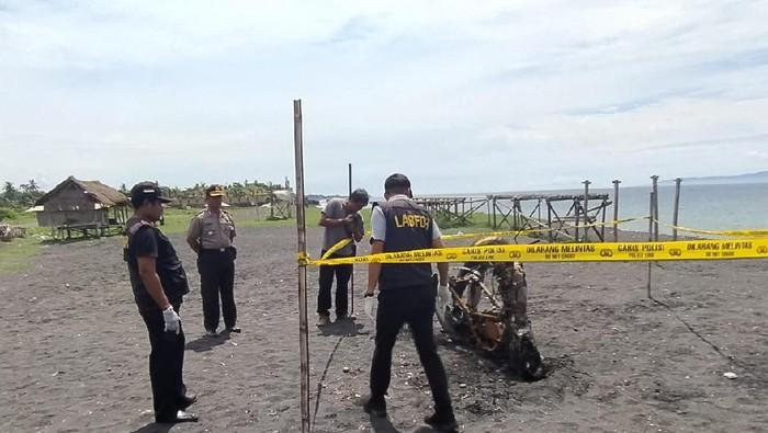 DOK. POLSEK GIANYAR/ Olah TKP motor terbakar yang menewaskan Shanti di Pantai Siyut