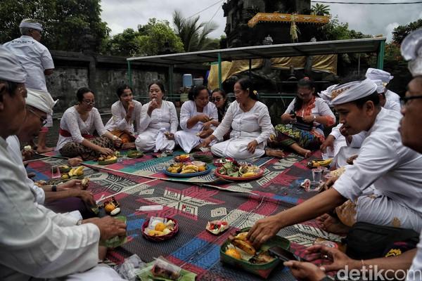 Sejumlah umat Hindu bersama-sama memperingati Hari Raya Galungan di Pura Segara Cilincing, Jakarta, Rabu (19/2/2020).