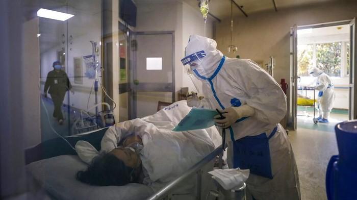 Jumlah korban jiwa imbas virus corona terus bertambah. Hingga hari ini, Rabu (19/2) korban tewas akibat virus itu mencapai lebih dari 2 ribu orang secara global