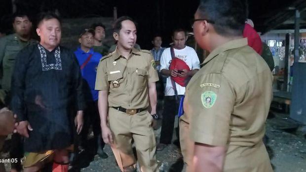 Bupati Penajam Paser Utara  Abdul Gafur Mas'ud saat meninjau lokasi banjir di Desa Bukit Subur