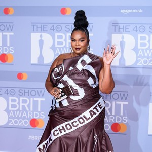 Foto: Lizzo Penuh Gaya Pakai Bungkusan Cokelat di Brit Awards 2020