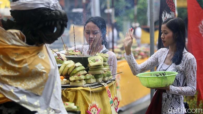 Ratusan umat Hindu merayakan Galungan di Pura Aditya Jaya, Rawamangun, Jakarta, Rabu (19/2/2020). Begini momennya.