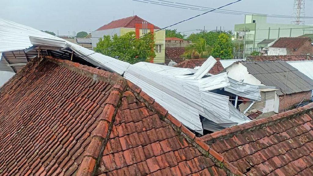Angin Kencang di Surabaya Terbangkan Atap Galvalum dan Timpa Rumah