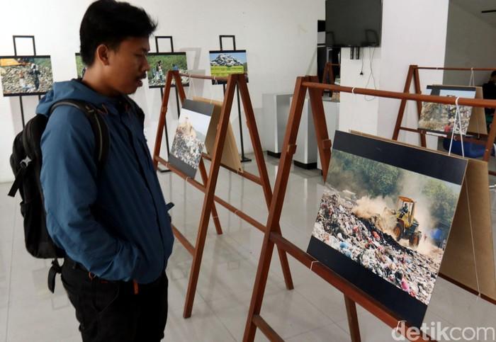 Peringatan Hari Peduli Sampah Nasional 2020 di Bandung dimeriahkan dengan pameran foto. Pameran foto itu bertema 'Akhir Dari Perjalanan Sampah Kota Bandung'.