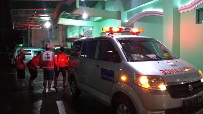 Evakuasi warga yang jatuh saat bersih-bersih banjir di rumahnya