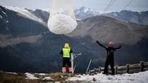 Salju Langka, Resor Ini Menggotongnya dari Puncak Gunung