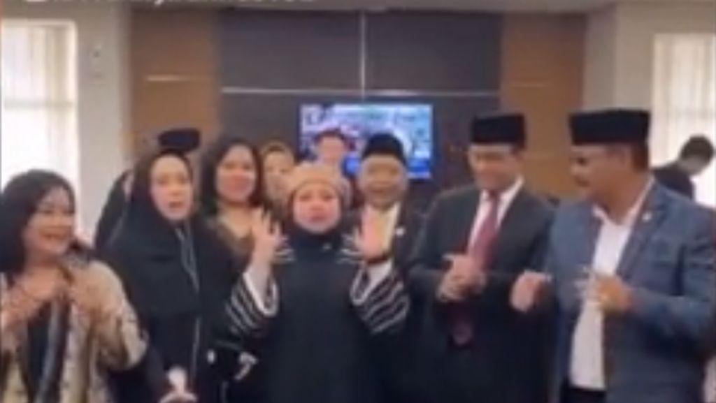 Gaya Anies Main TikTok Bareng Anggota DPRD DKI