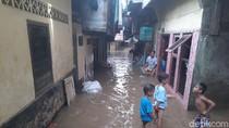Banjir di Wilayah Bantaran Ciliwung Surut, Warga Mulai Bebersih