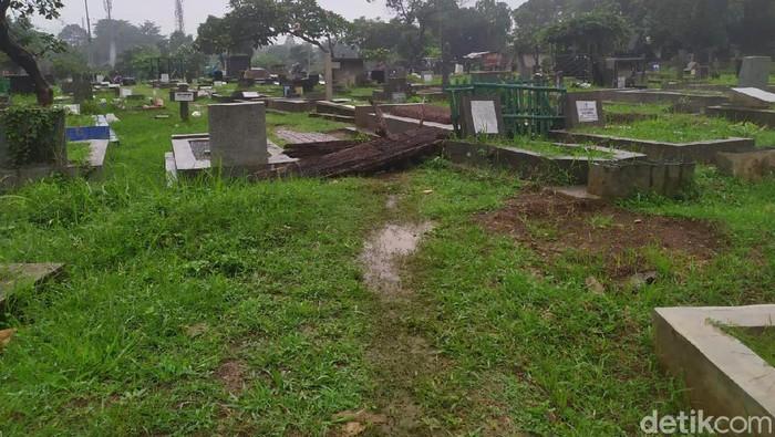 Jalan tengah makam TPU Menteng Pulo yang dilewati pemotor
