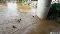 Anak-anak Rawajati Berenang di Ciliwung yang Meluap, Lurah Beri Imbauan