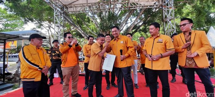 Hadianto Rasyid, pengusaha ternama atau praktisi bisnis di Sulawesi Tengah menerima Surat Keputusan (SK) dari DPP Hanura untuk maju sebagai calon wali kota Palu.  (M Qadri/detikcom)