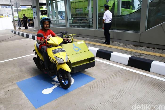 Parkir khusus penyintas disabilitas tersedia di Stasiun MRT Jakarta. Parkiran itu diharapkan dapat mudahkan akses para difabel untuk gunakan transportasi MRT.