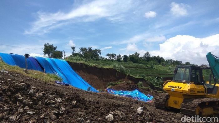 Perbaikan tebing Tol Cipularang Km 118 yang longsor