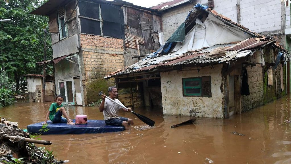 Cawang Kembali Terendam Banjir Imbas Luapan Sungai Ciliwung
