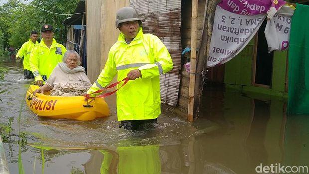 Nenek 90 Tahun di Pekalongan Tak Berdaya Saat Rumahnya Dikepung Banjir
