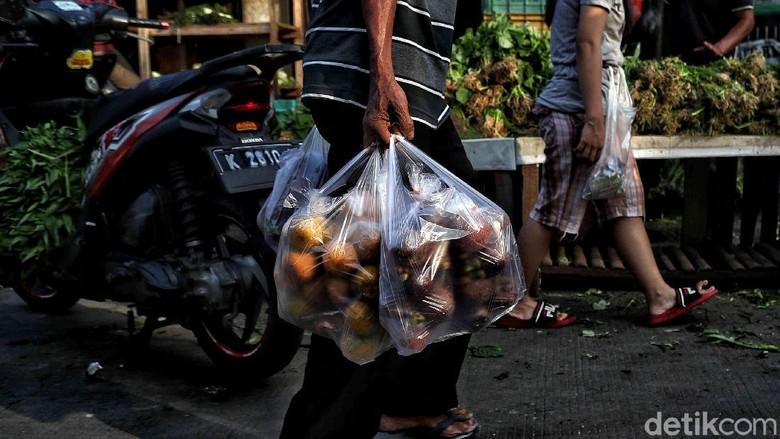 Menkeu Sri Mulyani mengusulkan emisi kendaraan bermotor sebagai barang kena cukai (NKC) yang juga berlaku untuk kantong plastik.