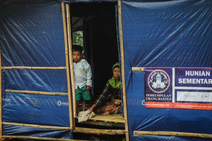 Komplek hunian sementara korban bencana tengah dibangun dengan biaya para donatur serta dana swadaya masyarakat di Kampung Cigobang, Lebak, Banten, Rabu (19/2/2020). Meski telah terbangun 40 lokal huntara namun belum sebanding dengan jumlah korban bencana  sehingga satu hunian dapat ditempati dua sampai tiga kartu keluarga (kk). ANTARA FOTO/Muhammad Bagus Khoirunas/af/hp.
