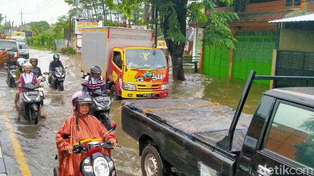 Jalur Pantura Pekalongan Tergenang Banjir, Ada Antrean Kendaraan