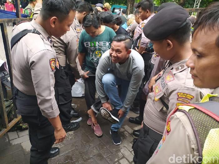polisi periksa para suporter yang masuk ke Gor sidoarjo