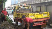 Camat Sebut Pemotor Terabas Kuburan Gegara Galian PLN di Jl Casablanca