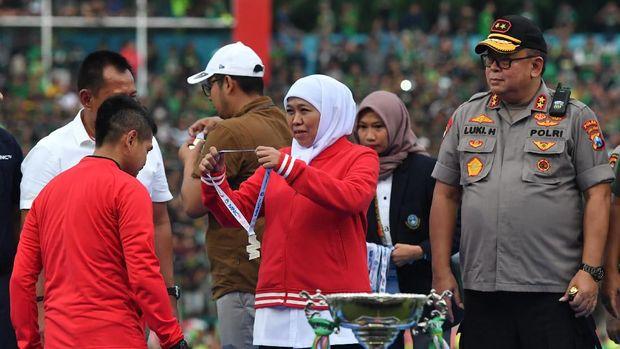 Manajer Persija Bambang Pamungkas mewakili tim untuk menerima penghargaan runner up.