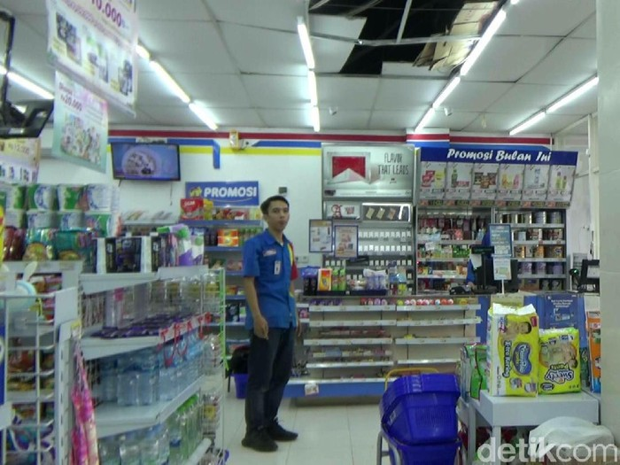 CCTV rekam ini market pembobolan mini market di Purwakarta
