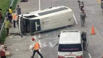 Minibus Sarat Penumpang Terguling di Tol Jombang-Mojokerto, 7 Penumpang Luka
