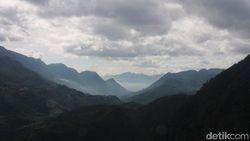 Mendaki Puncak Tertinggi Indochina Hanya 20 Menit Saja