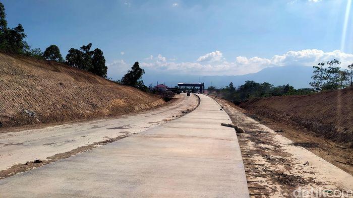 Tol ini sendiri dibangun sepanjang 74 kilometer, menghubungkan Banda Aceh ke Sigli.Gerbang tolnya sendiri terpantau sudah mulai dibangun.