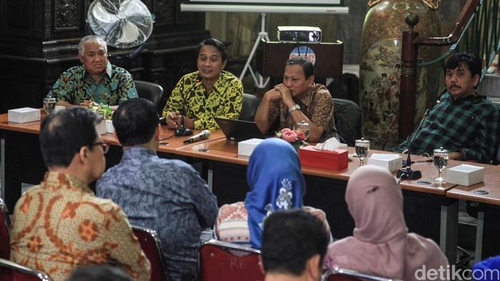 Ketua Umum Ikatan Dokter Indonesia (IDI) Daeng M. Faqih (kedua kiri) dan ahli Epdidemologi Kesmas UI, Tri Yunis Miko (kedua kanan) memaparkan pendapatnya dalam diskusi 'Wabah Corona, Apa dan Bagaimana'  di Jakarta, Kamis (20/2/2020). Selain itu, turut hadir sebagai pembicara Ketua CDCC Din Syamsuddin (kiri) dan Direktur Sabang-Merauke Institute, Syahganda Nainggolan (kanan).