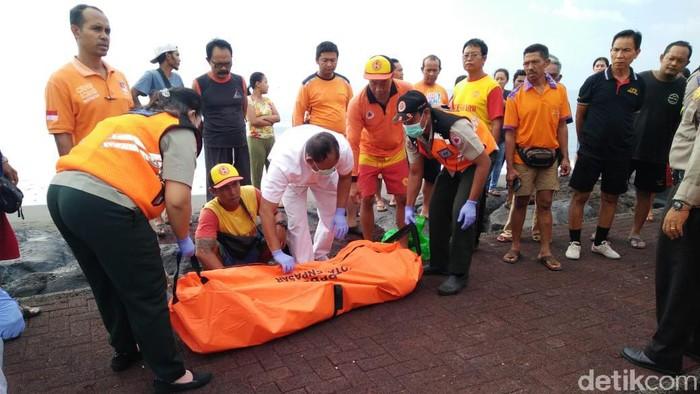 Mayat tanpa identitas ditemukan di Pantai Padang Galak, Denpasar Timur. (Foto: Angga Riza/detikcom)