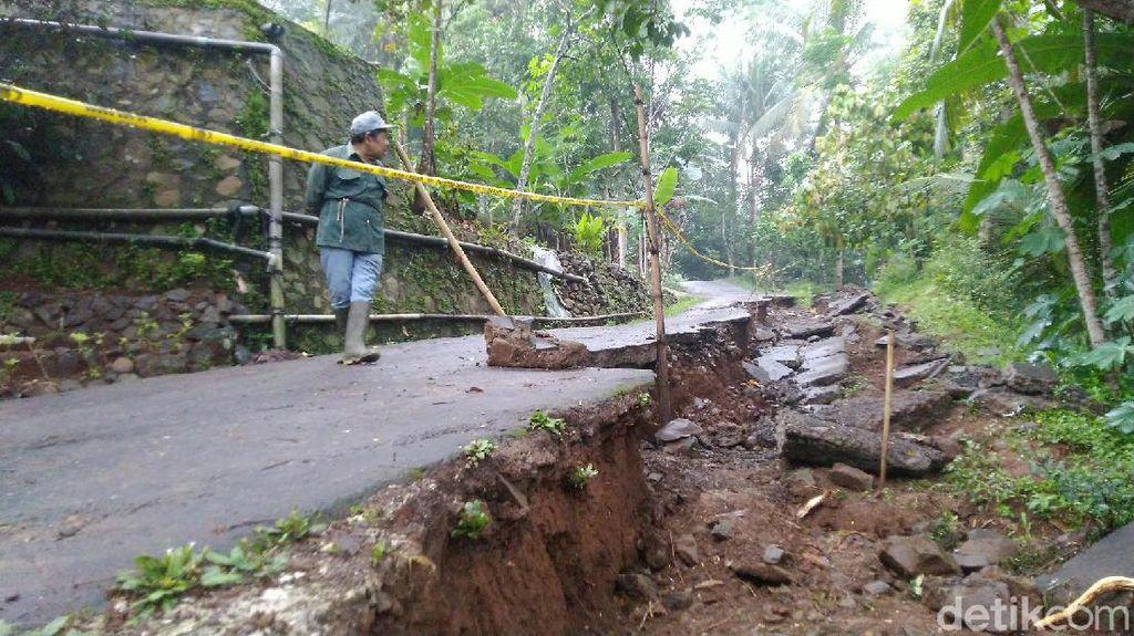Jalan Desa di Ciamis Ambles,  Aktivitas Warga Terganggu
