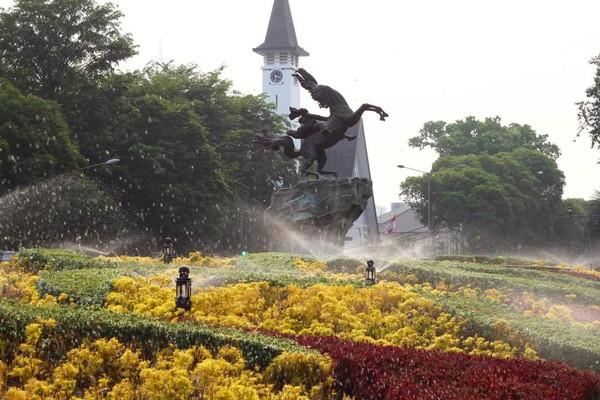 Taman ini berada di Jalan Taman Suropati No.5, RT.5/RW.5, Menteng, Jakarta Pusat. Di taman ini terdapat beragam pohon dan tanaman yang ditata sedemikian rupa hingga terlihat cantik dan suasananya juga teduh dan segar. (Shutterstock)