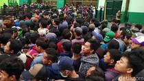 Ribuan Bonek Antri Demi Tiket Final Piala Gubernur Jatim